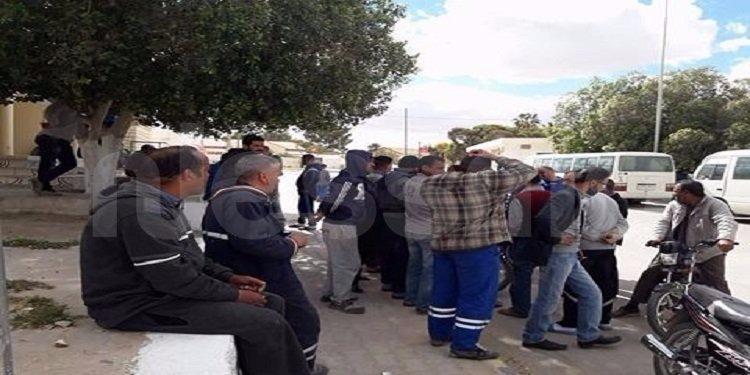قفصة: عمال شركة البيئة والغراسة في وقفة إحتجاجية