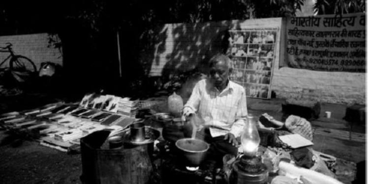 بائع شاي هندي يؤلف كتبا ويبيعها على موقع أمازون