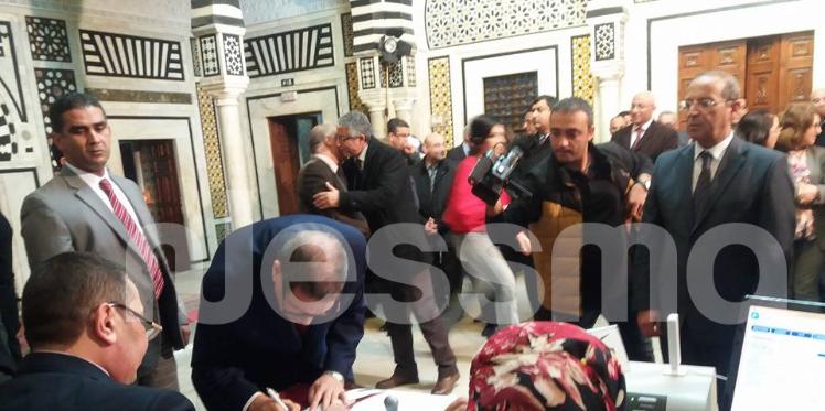 بالصور: رئيس الحكومة يتبرع لفائدة صندوق مكافحة الارهاب