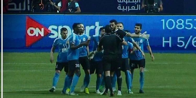 أحداث مؤسفة بعد نهائي العرب وإعتداء على الحكم !