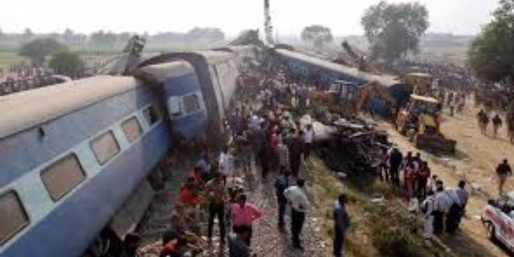 الهند : عشرات القتلى والجرحى في خروج قطار عن مساره