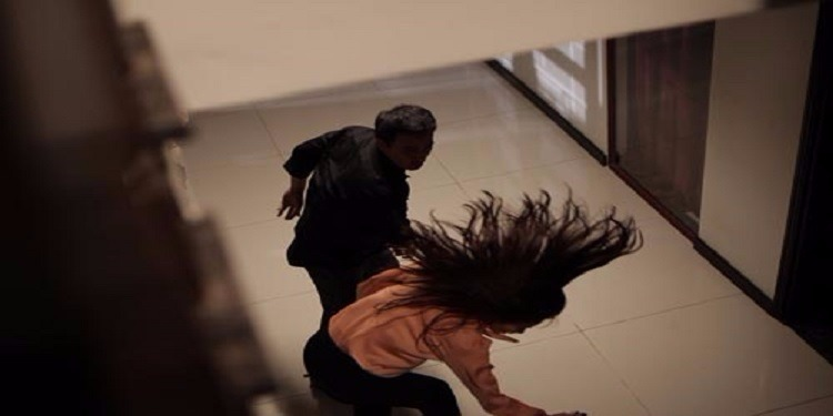 بعد أن اكتشف أمرها.. رجل يوسع زوجته وصديقاتها ضربًا !