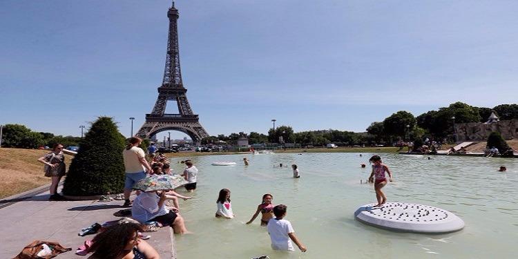 فرنسا:  نافورة ''برج إيفل'' تتحول إلى مسبح (فيديو)