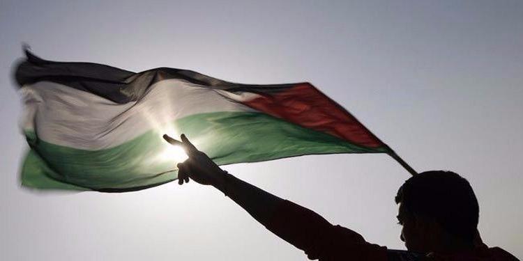 فيديو ( القدس ) : شاب فلسطيني يرد الصاع صاعين لمجموعة من المدرسة اليهودية اعتدوا عليه