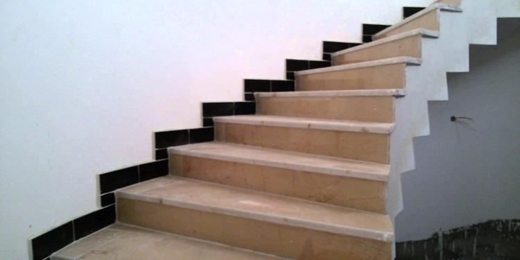 سقطت من أعلى الدرج.. فتاة تتعرض لموقف محرج (فيديو)