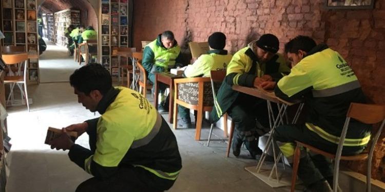 تركيا: عمال النظافة  يفتتحون أول مكتبة للكتب المجمعة من  القمامة (صور+فيديو)