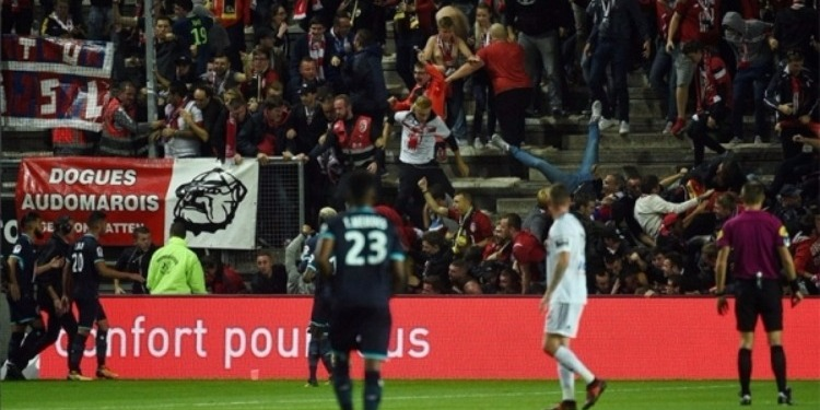 بطولة فرنسا: إصابة 18 شخصا اثر سقوط السياج الفاصل بين المدرجات وارض الملعب
