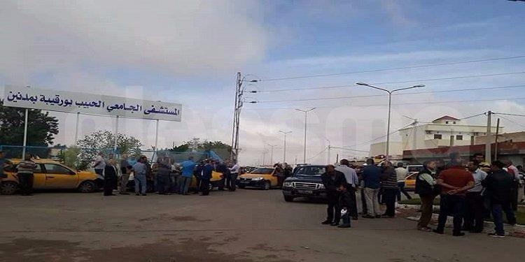 مدنين: سواق سيارات الأجرة يتجمعون أمام المستشفى الجامعي تنديدا بوفاة زميلهم