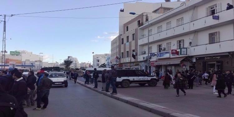 Sousse : Des manifestants bloquent la circulation pour protester contre l'annulation d'un concours