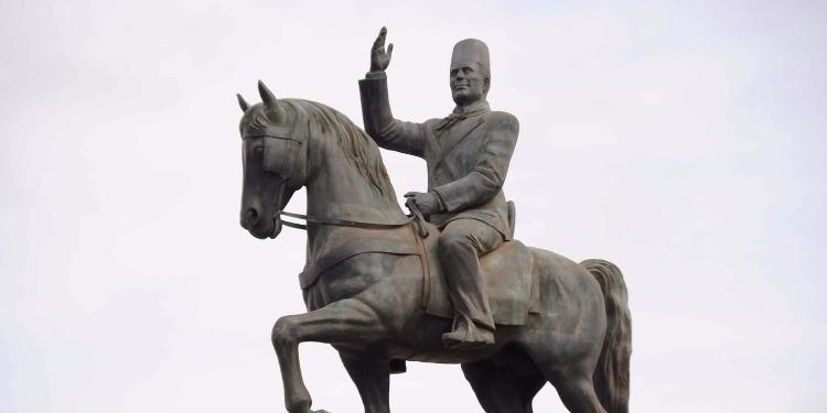 صفاقس: العثور على تمثال للزعيم بورقيبة في حالة مُزرية (صورة)