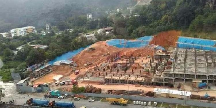 ماليزيا: انهيار أرضي يدفن قرابة 20 شخصا ( فيديو)