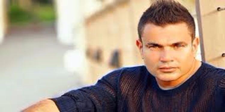 قميص عمرو دياب يحدث ضجة عبر مواقع التواصل الإجتماعي (صورة)