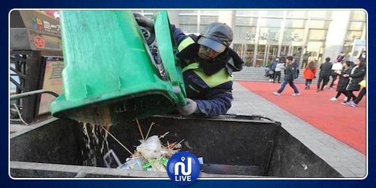 تكريم عامل نظافة تبرّع براتبه المتواضع للأطفال الفقراء !