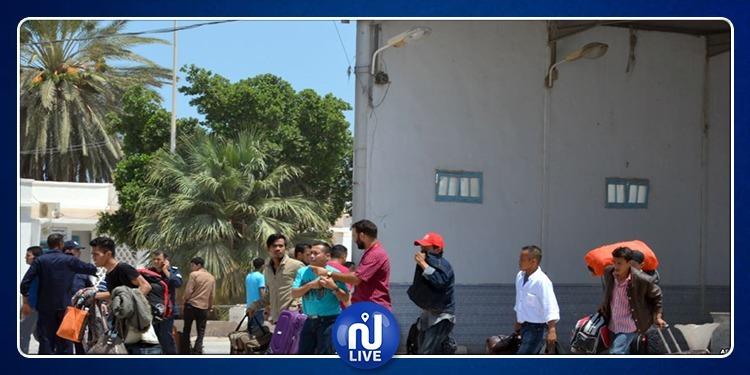 عملة تُونسيون يُغادرون ليبيا هربا من هول الحرب