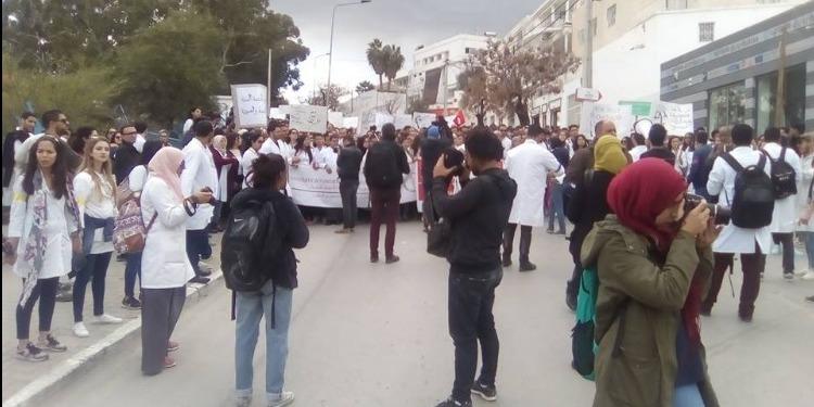 الأطباء الشبان ينظمون مسيرة ويحتجّون أمام مقر وزارة الصحة