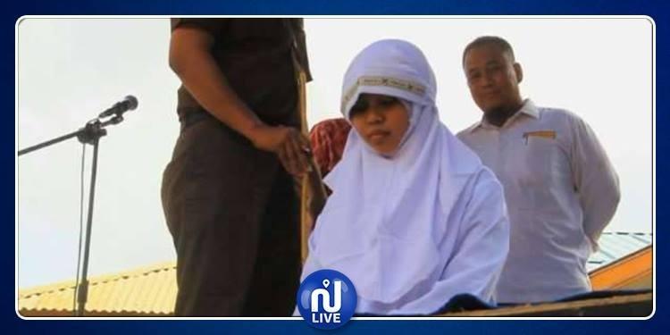 Indonésie : 2 ados fouettés pour un câlin (Vidéo)