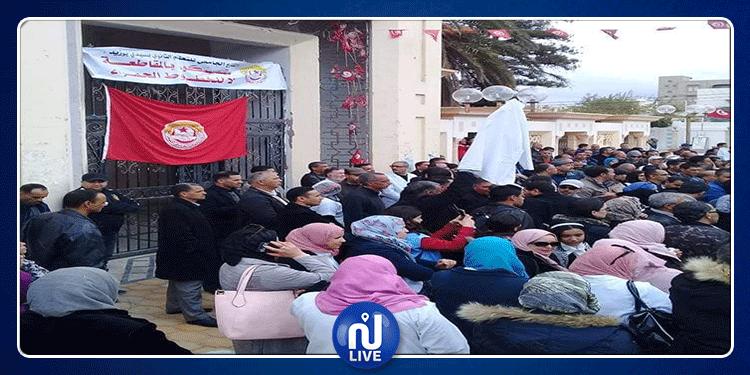سيدي بوزيد: الأساتذة يحتجون ضد قرار الاقتطاع من أجورهم