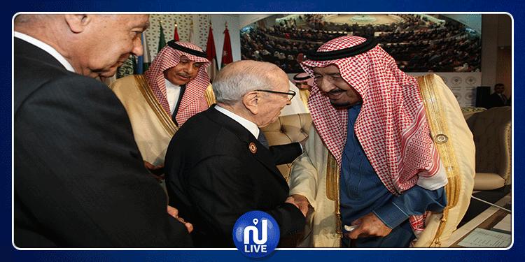 العاهل السعودي يغادر قاعة القمة