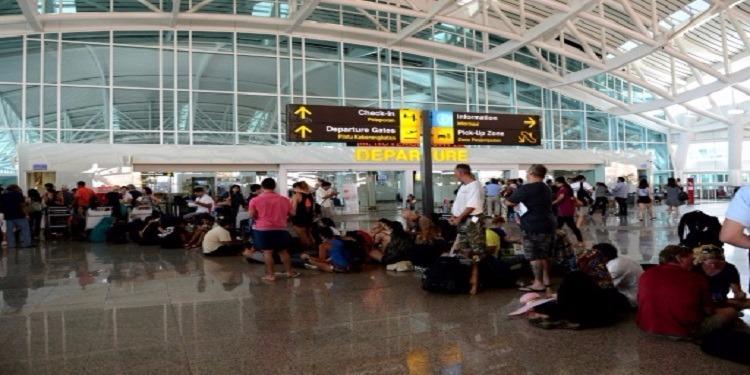 إندونيسيا: مطار بالي يتحدى البركان ويفتح أبوابه للسيّاح!
