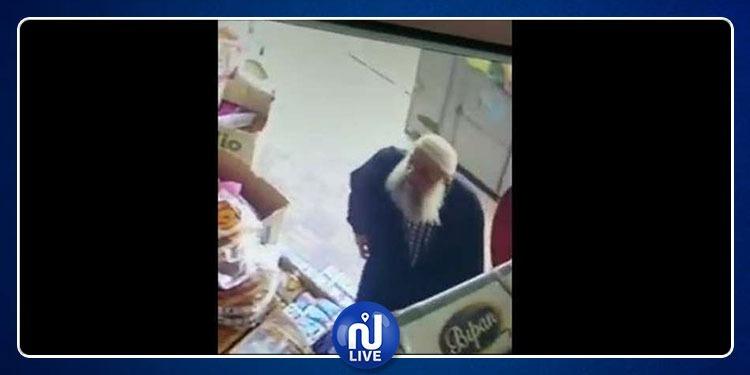 عجوز يسرق سوبر ماركت ويفر هاربا (فيديو)