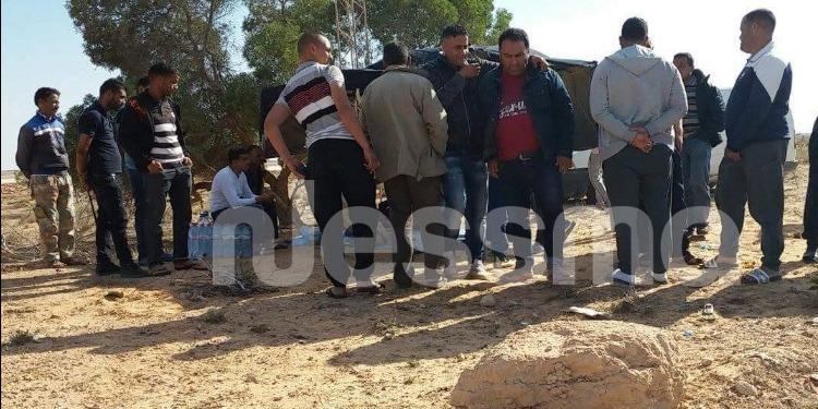 بن قردان : التجار المحتجون ينطلقون في بناء سور لغلق الطريق الى معبر راس جدير (صور)