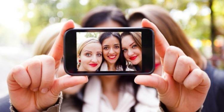 طريقة التقاط صورة ''السلفي'' تغير نظرة الآخرين إليك