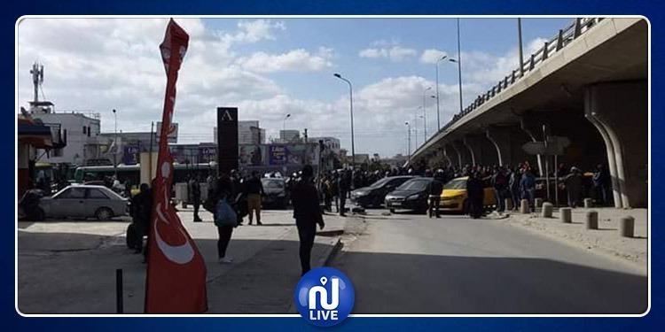 غلق الطريق في خزندار: سائق سيارة اسعاف يستغيث