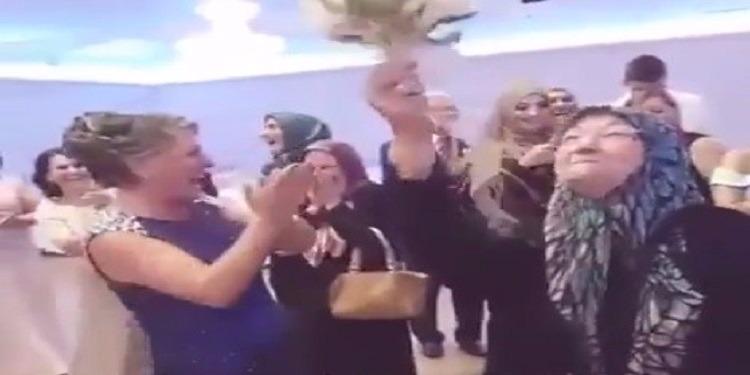 في مشهد طريف.. عجوز تطيح بالفتيات لحظة إلقاء عروس باقة الزهور (فيديو)