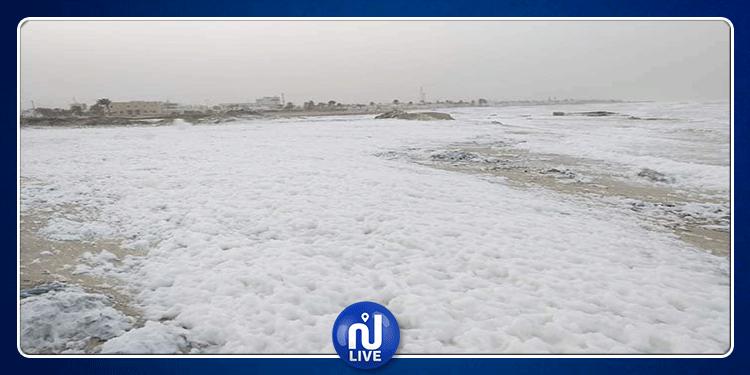 خروج كميات كبيرة من ''زبد البحر'' على ضفاف شواطئ جرجيس (صور)