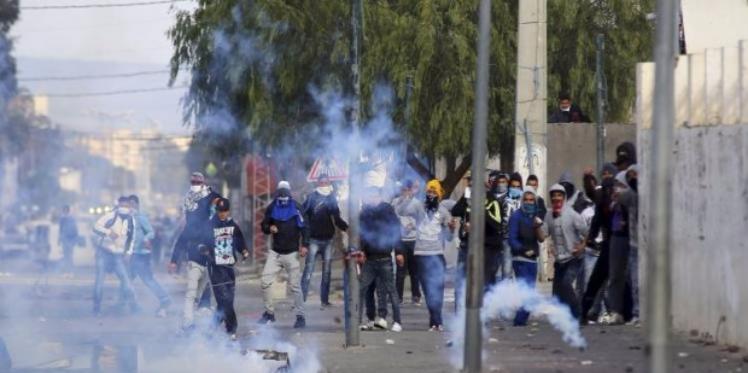 المهدية قصور الساف : الأمن يستعمل الغاز المسيل للدموع لفك احتجاجات باعة الفريب