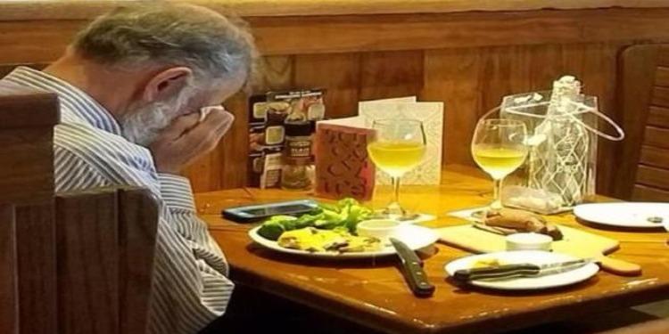 مؤثر: كان يبكي بشدة.. أرمل يتناول الغداء في مطعم مع رماد زوجته