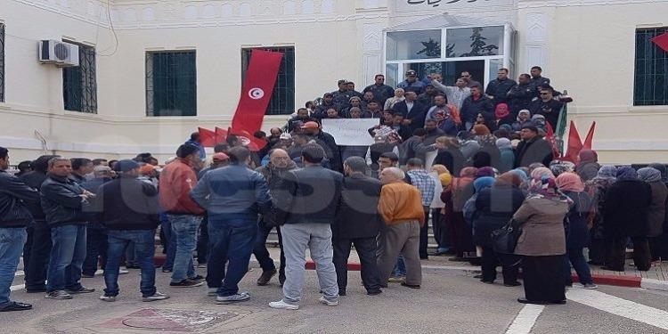 جندوبة : عمال الحضائر في اضراب عن العمل أمام الولاية (صور)