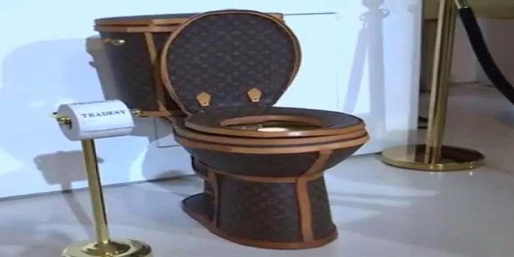 قدرت قيمته بـ100 ألف دولار...مرحاض ذهبي مغطى بجلد حقائب لوي فيتون (صور+فيديو)