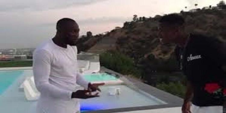 بوغبا يرمي صحفية في حوض السباحة ! (فيديو)