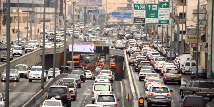 الكويت: يصلي وسط ازدحام مروري! ( فيديو )
