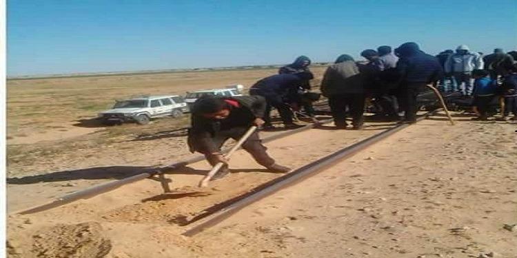 قابس: أهالي السقي يحتجون ويغلقون السكة الحديدية (صور)