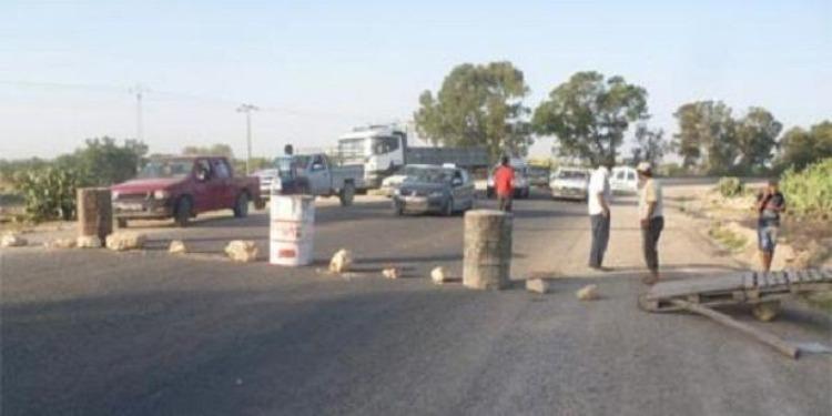 أهالي 'الصوانية' يغلقون الطريق الرئيسي الرابط بين ولايتي القصرين والكاف