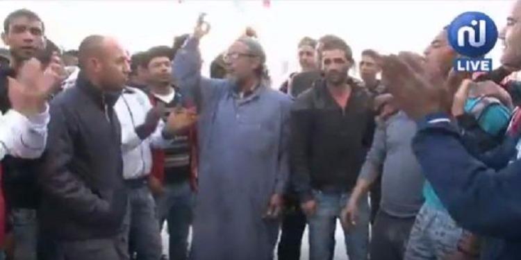 تبرسق : تجدد الإحتجاجات وغلق الطريق مطالبة بالتشغيل وإقالة المعتمد والأمن يتدخل (فيديو)