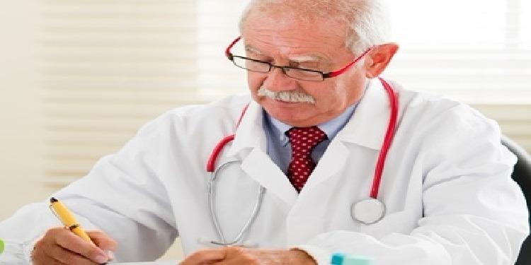 دراسة تحذر من الذهاب إلى الأطباء الذين تجاوزوا سن الستين