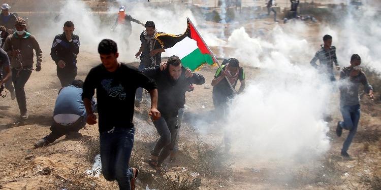 استشهاد فلسطيني واصابة المئات في مسيرة العودة الكبرى