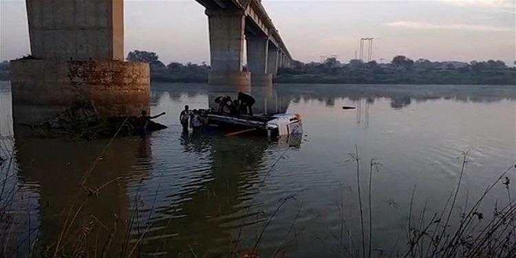 32 قتيلا إثر سقوط حافلة عن جسر في الهند