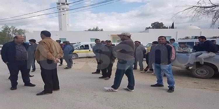 جندوبة: أصحاب النقل الريفي والعاملين على خط سوق السبت يحتجون بسبب رداءة الطريق (صور)