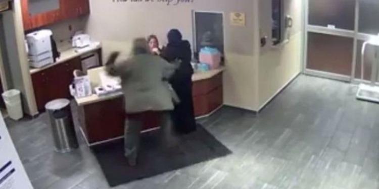 مُحجبة تتعرض لاعتداء وحشي في أحد المستشفيات الأمريكية (فيديو)
