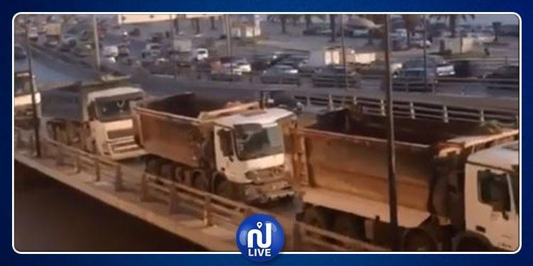 سواق الشاحنات الثقيلة يحتجون (فيديو)
