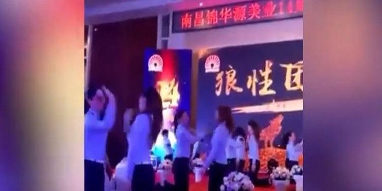 شركة صينية تعاقب موظفيها بصفع بعضهم (فيديو)