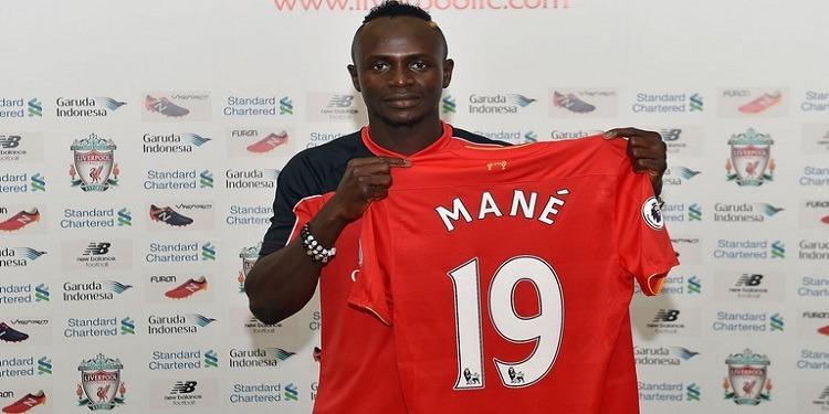 Ligue des champions: Mané offre 300 maillots de Liverpool à son village natal
