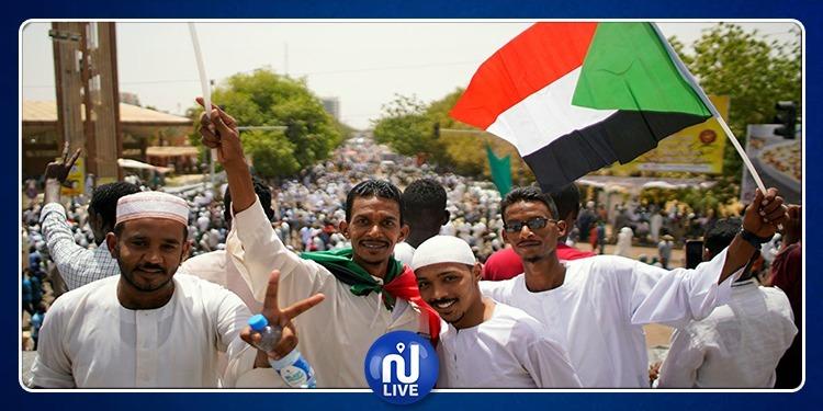 سودانيون يقتحمون منزل وزير الطاقة (فيديو)