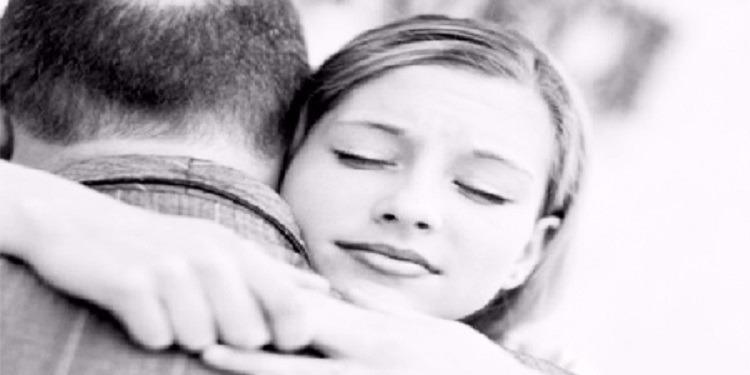 بعد فراق 60 عاما ..أب يلتقي ابنته (صور)