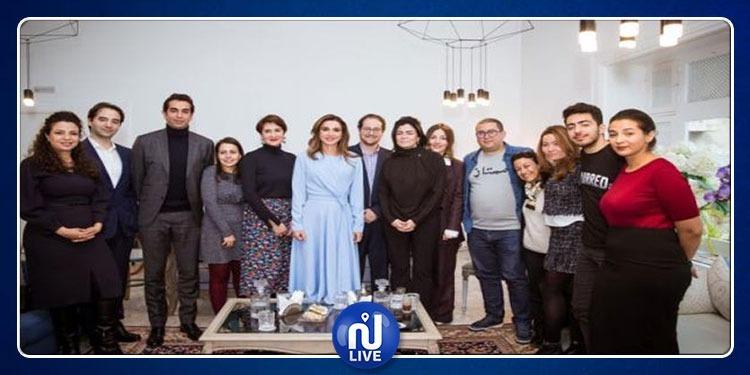 الملكة رانيا العبدالله تجتمع مع شباب رياديين في مدينة سيدي بوسعيد