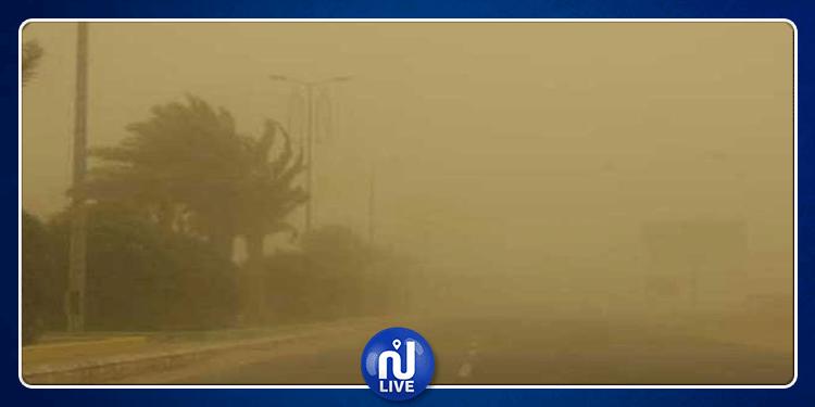 قبلي: الرياح القوية تقتلع أشجار النخيل وتكدس الرمال في الطرقات